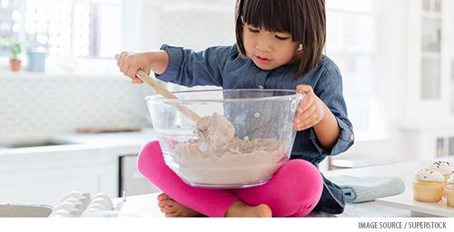 When your toddler wants to help in the kitchen. Tips for an easier experience: