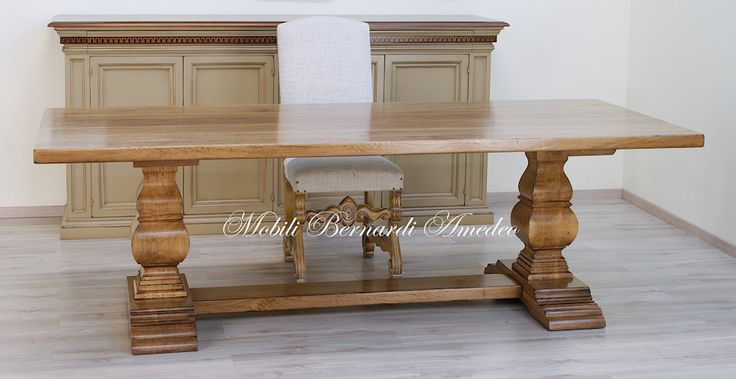 Tavolo fratino in noce massello con gambe a balaustra. Solid walnut table with shaped central legs