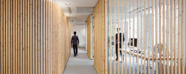 5 Projets en bois à Paris cette année, à découvrir absolument. Lames bois. Plafond bois. Portes en bois. Plafond aux formes hexagonales