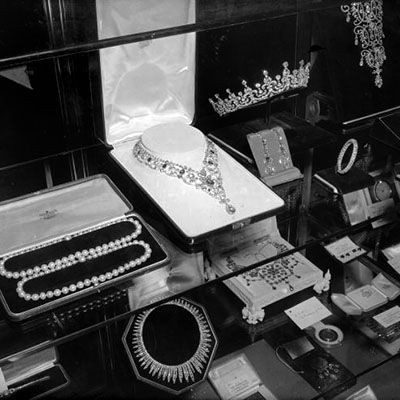 17th October 1947: Wedding presents for Princess Elizabeth and Prince Philip on display at St James' Palace, London. The jewellery, including necklaces and a tiara, are made from diamonds presented to Princess Elizabeth during her visit to South Africa. (Photo by Douglas Miller/Keystone/Getty Images)