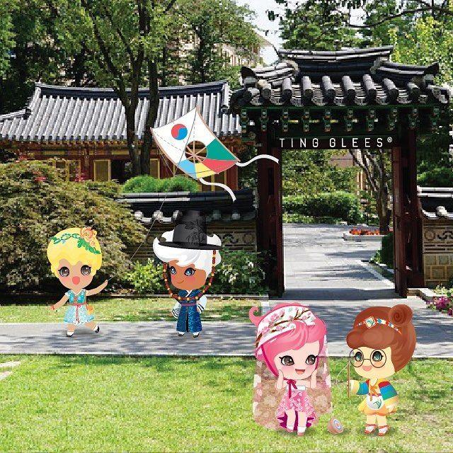 추석 연휴 나들이 나왔어요~~ . Go on a visit at korean traditional house.  . #팅글리 #추석 #한가위 #한옥 #연 #팽이놀이 #전통놀이 #한복 #명절 #tingglees #tingglee #holiday #holidayfun #hanbok #korea #top #kite