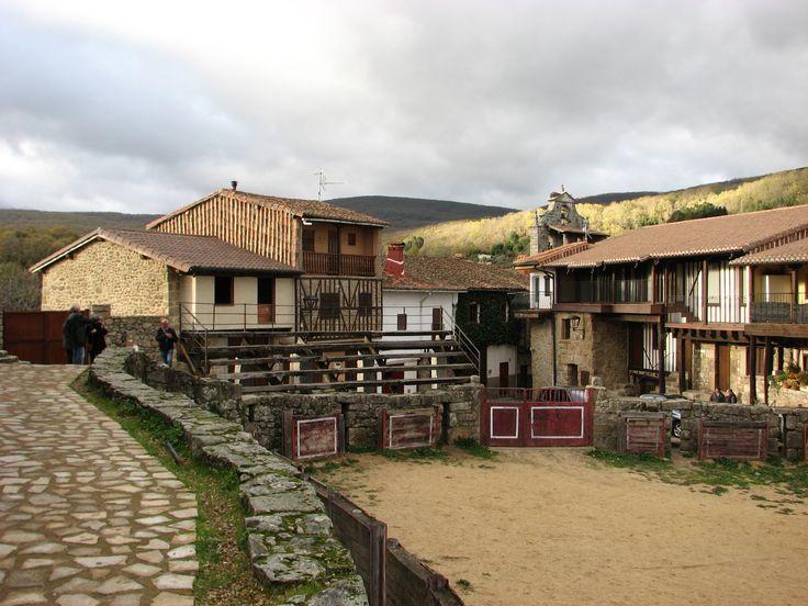 Junto al Castillo se encuentra la plaza de toros que no es redonda ni cuadrada. Muchos dicen que es la segunda más antigua de España.