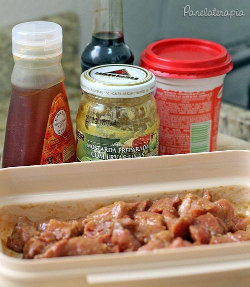 Esse tempero é uma delícia! Você pode usar para qualquer corte de porco (no caso usei o filé) e para qualquer forma de preparo (churrasco, forno, panela, etc). Ele deixa a carne com uma cor incríve…