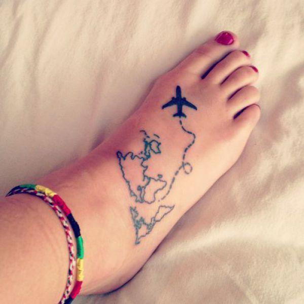 Landkarte als Umriss mit einem Flugzeug als ganzes Fußtattoo