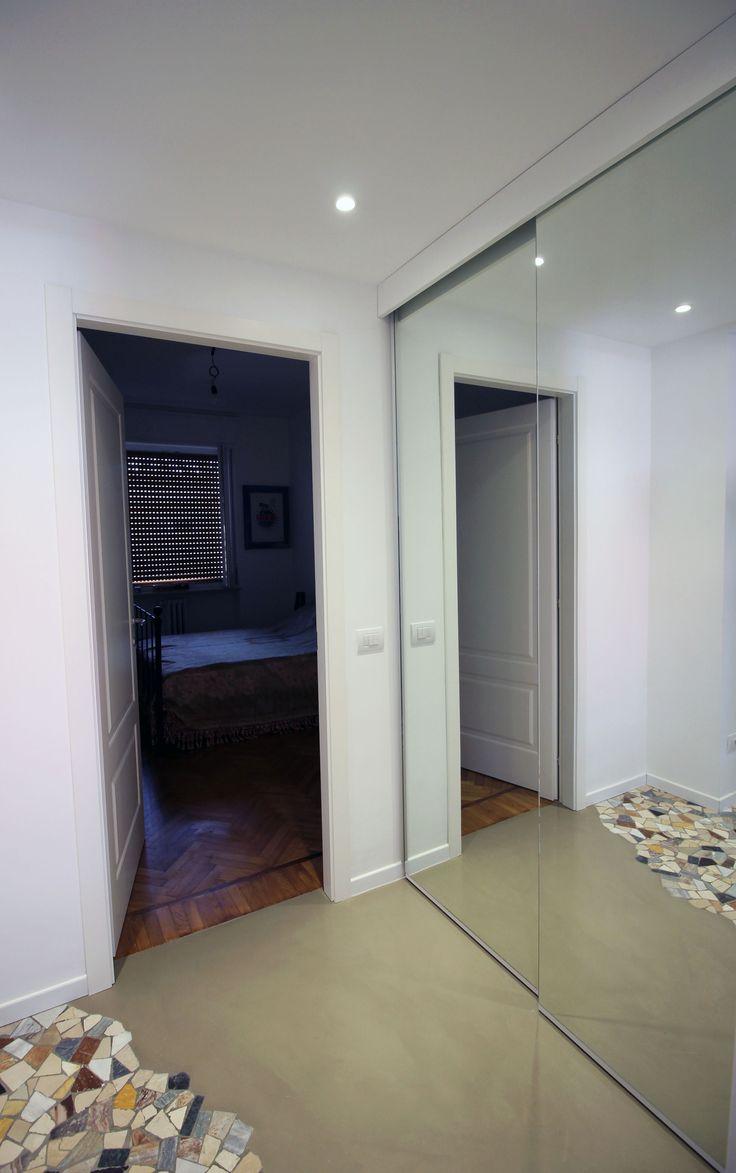 Armadio a muro con ante a specchio