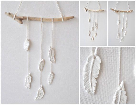Hanger met veertjes van klei met drijfhout - Handgemaakt en uniek - babykamer decoratie, witte veren hanger, veer wit, natuurlijke kleuren