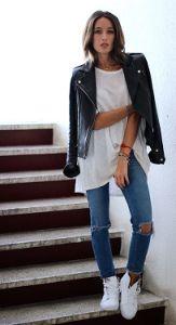 Witte sneakers met een bikerjacket, een witte T-shirt en ripped jeand. Love it!