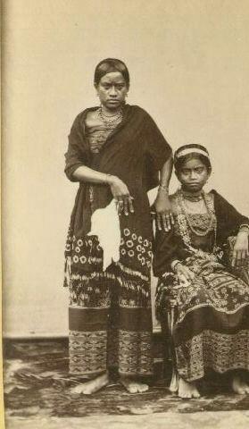 Sawunese Royal Family photos from ca.1880. Putiri (Princesses)