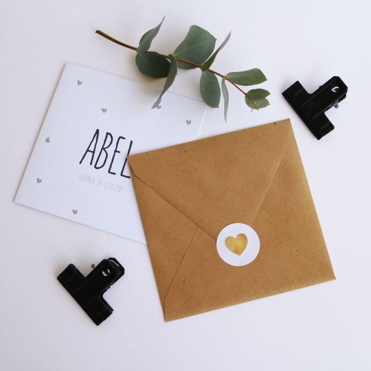 Hoe stoer is deze kraft envelop met sluitzegel?! Een gouden combinatie met dit lieve geboortekaartje.