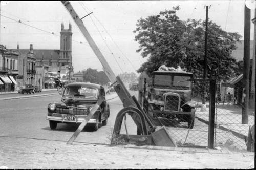 Barrio Nueva Pompeya, paso a nivel sobre la Av. Sáenz, año 1948