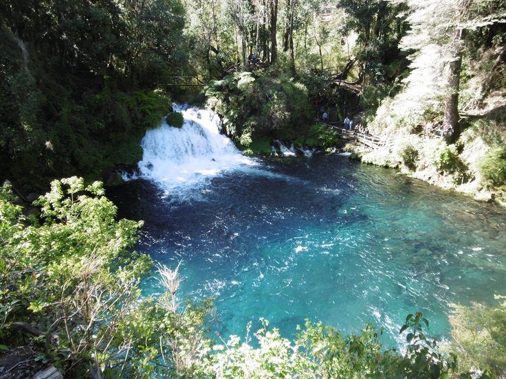 """Der Wasserfall Salto Carileufu, die """"Laguna azul"""" (blaue Lagune) und die """"Ojos del Caburgua"""" liegen zwischen Pucón und dem Lago Caburgua."""