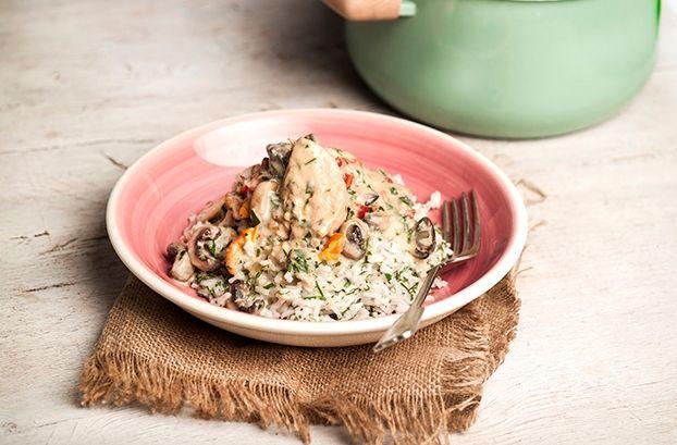 Κοτόπουλο αλά κρεμ από την Αργυρώ Μπαρμπαρίγου | Αλά Κρεμ με μανιτάρια, λαχανικά και πιλάφι, λαχταριστό ζουμερό κοτόπουλο όλα σε νόστιμη και κρεμώδη σάλτσα.