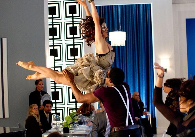 Na maior parte dos casos, a dança, com passos cadenciados é acompanhada ao som e compasso de música e envolve a expressão de sentimentos potenciados por ela.
