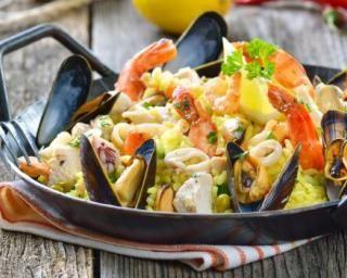Paëlla au poulet, chorizo et fruits de mer : http://www.fourchette-et-bikini.fr/recettes/recettes-minceur/paella-au-poulet-chorizo-et-fruits-de-mer.html
