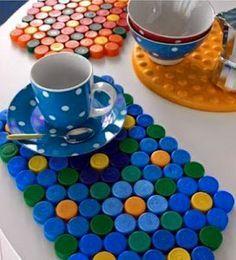 Es increible todo lo que se puede crear con las tapas de plástico que vienen en los envases de bebidas, de cartones de leche y más . Dale una vista a las mejores ideas de reciclaje creativo . Haber si empiezas a guardar las tapitas . Mi familia y amigos ya están informados y me guardan de todos los colores ja,ja :D ... Diy Cardboard Furniture, Plastic Bottle Caps, Deco Originale, Bottle Top, Diy Bottle, Vintage Crochet, Pixel Art, Crochet Hooks, Wall Decor