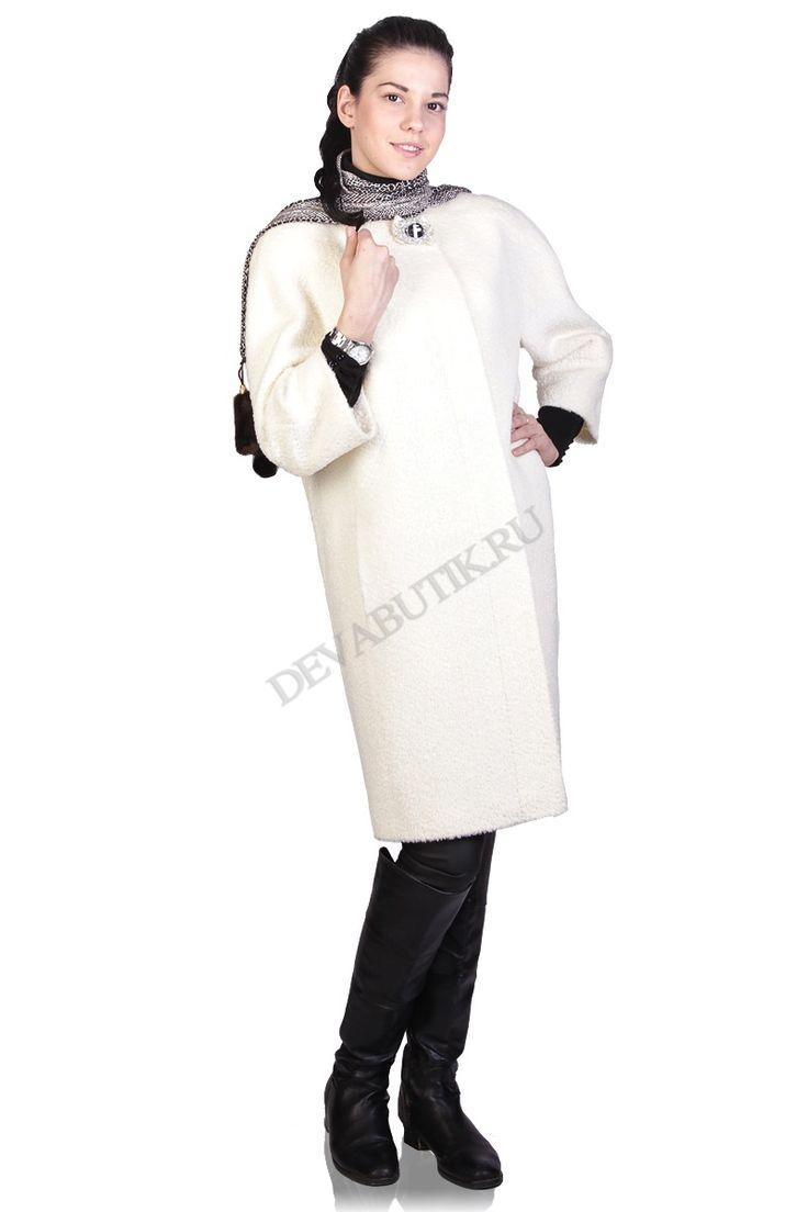 Стильное пальто прямого силуэта с цельнокроенными рукавами, без воротника. Пальто с потайной застежкой на пуговицы. Спереди прорезные карманы. Горловину украшает декоративная пуговица. Элегантная и стильная модель для экстравагантных женщин. Цена: 19.000 рублей.
