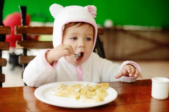 Πώς θα μάθετε το μικρό σας να τρώει τα πάντα όταν είναι επιλεκτικό με τις υφές της τροφής;