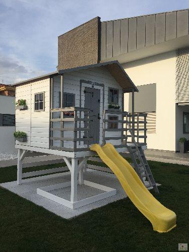Casita de madera para niños sobre plataforma elevada Super Hotel desde España.