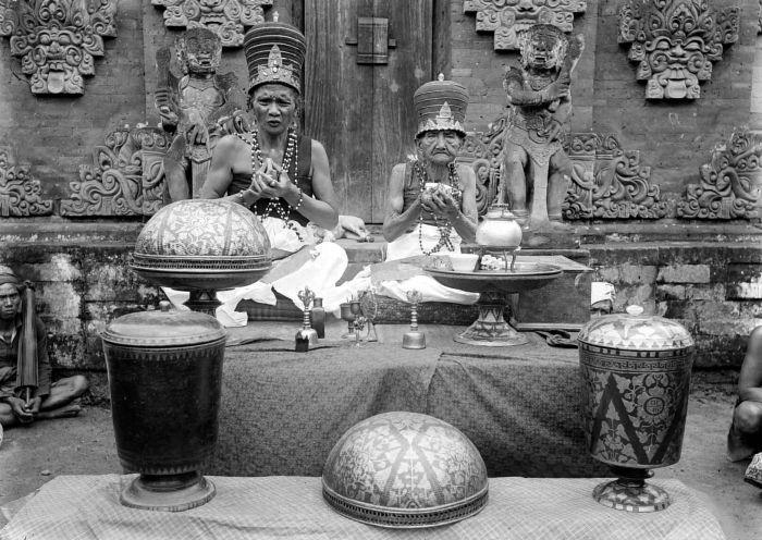 COLLECTIE TROPENMUSEUM Mannelijke en vrouwelijke pedanda in priesterornaat bij de uitoefening van hun functie Bali TMnr 10001146 - Субак — Википедия