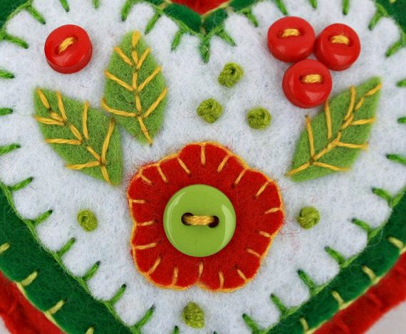 Felt Christmas ornament.Red Green White heart por PuffinPatchwork
