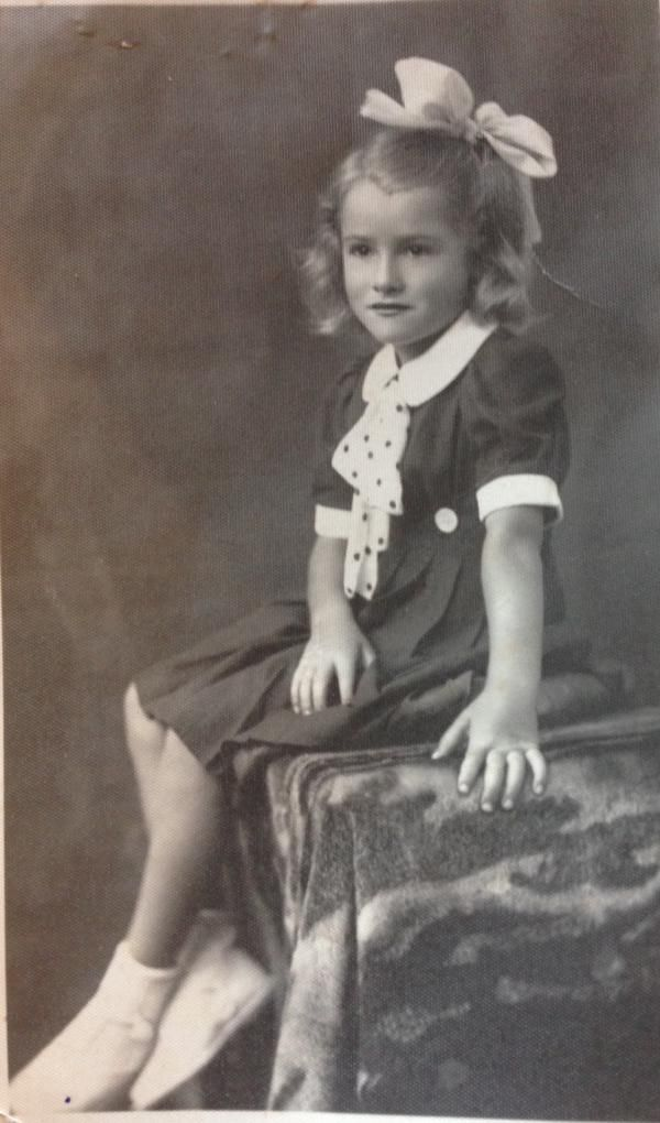 Enrica Denasio @IcaEnrica – twitter: Foto della nonna da bambina. #circolodeilettori #tikonservo