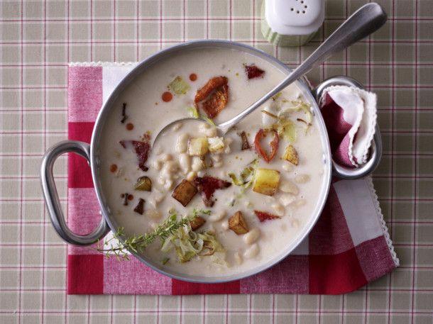 Unser beliebtes Rezept für Weiße Bohnensuppe mit geröstetem Paprika, Kartoffelcroûtons und Porree und mehr als 55.000 weitere kostenlose Rezepte auf LECKER.de.