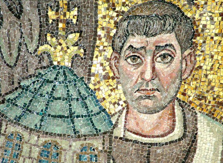 """Basilica di San Vitale, Ravenna. I Mosaici bizantini, 546-547. Il periodo di Giustiniano. Il vescovo Ecclesio. Un particolare del mosaico """" Cristo in globo fiancheggiato da angeli, dal vescovo Ecclesio e da San Vitale"""""""