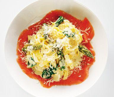 Sås med rökt lax och sparris är en härlig pastarätt med lyxiga och ljuvliga smaker från rökt lax, sparris, spenat och parmesanost. Rätten är snabblagad och de suveräna smakerna passar till både vardag och fest.