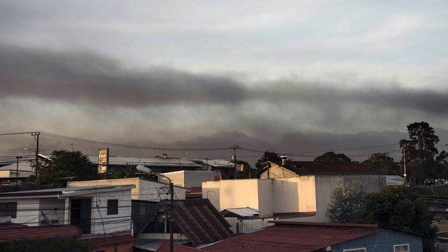 Airport shut after volcano erupts in Costa Rica  24 April 2015