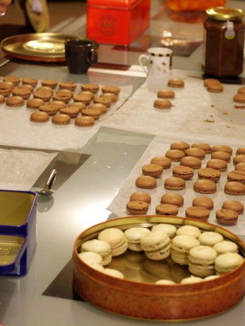 Macarons au citron, caramel beurre salé, kiwi-banane et « Nocciolata » Une petite photo de notre premier rendez-vous cuisine… Nous avons fait des macarons au citron, caramel beurre salé, kiwi-banane et « Nocciolata ».