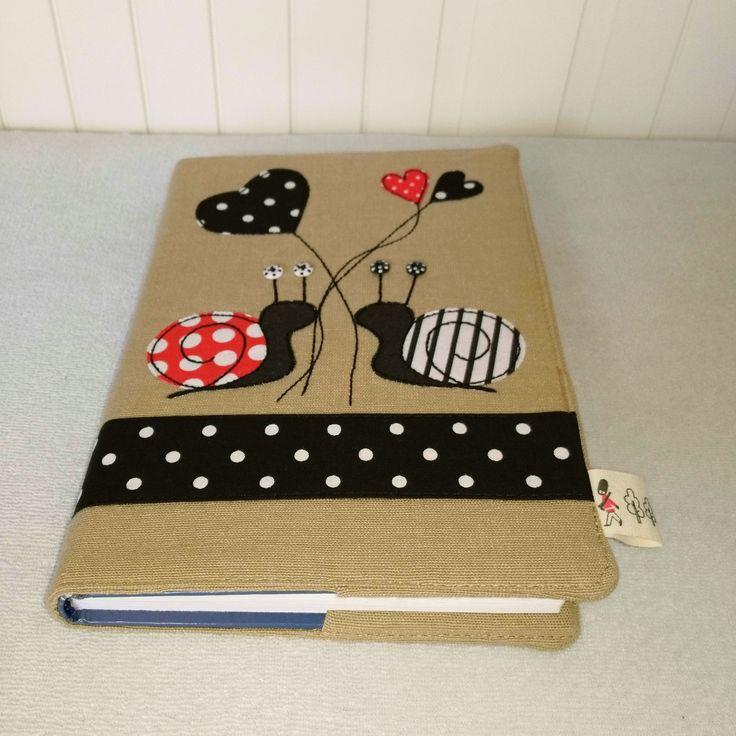 Originální+textilní+obal+na+knihu+Originální+textilní+obal+na+knihu+velikost:max.+rozměr+knihy+20,5+cmx+14,5+cm+(+běžná+velikost+střední+až+menší+knížky)+do+obalu+se+díky+širokým+záložkám+hodí+knihy+i+menších+rozměrů,+spolehlivě+knihu+ochrání+před+mechanickým+poškozením+a+uchováte+jí+v+soukromí+předzraky+všech+zvědavců+:-)+Obal+je+vyztužen...