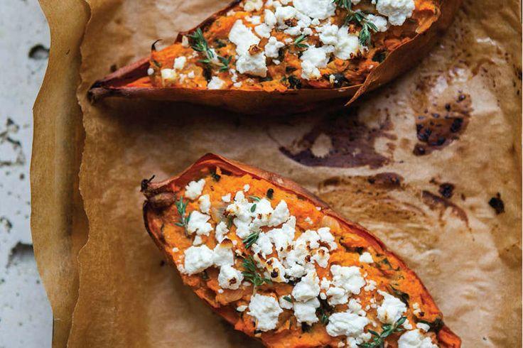 Deze gevulde zoete aardappel uit de oven eet je met groenten, gerookte kip en wat geitenkaas. Een simpel en heel gezond gerecht.