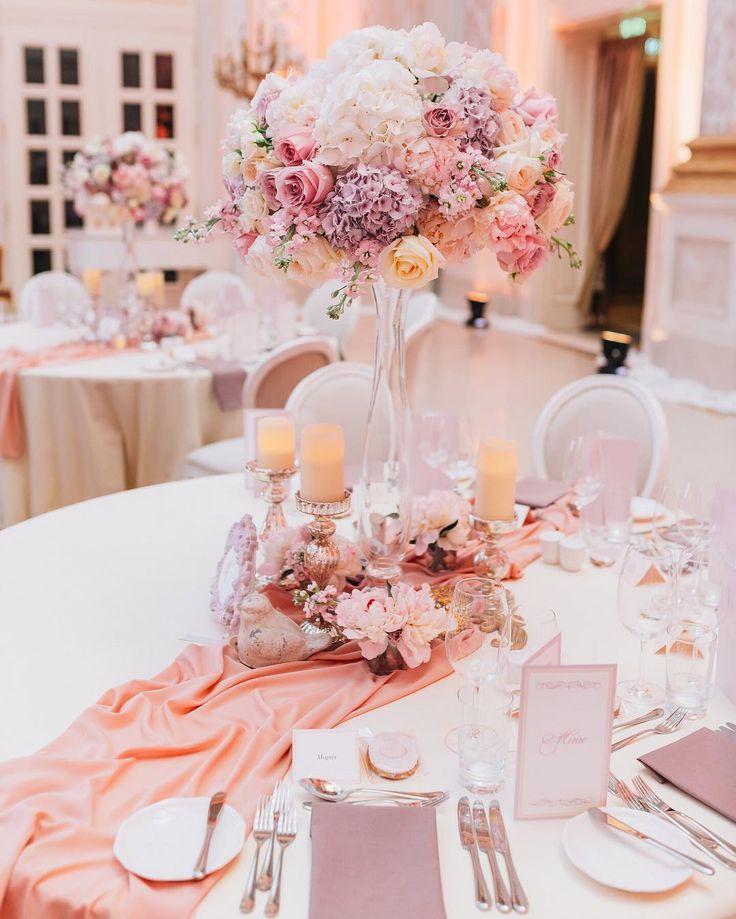 Высокие цветочные композиции на столах всегда добавляют утонченности и…