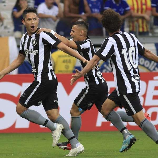 Botafogo vence o Cruzeiro no Mineirão e continua subindo