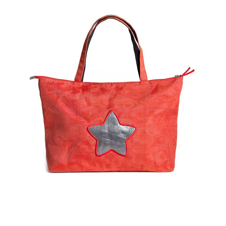 Practical, functionaland stylish ethical shoulder bag with shiny detail!
