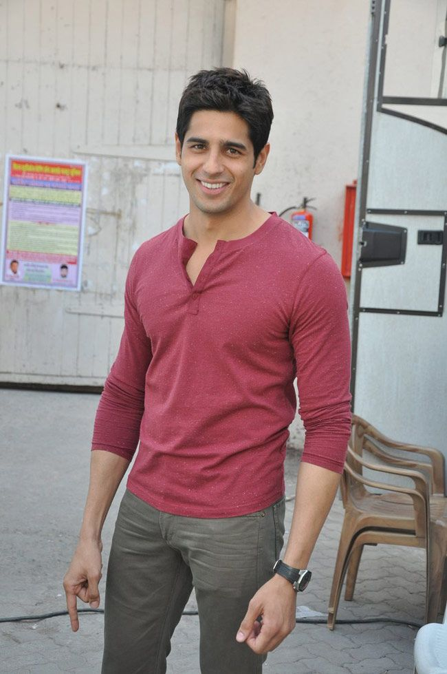 Student Of The Year fame actor Siddharth Malhotra looks smart in casuals. #Style #Bollywood #Fashion #Handsome