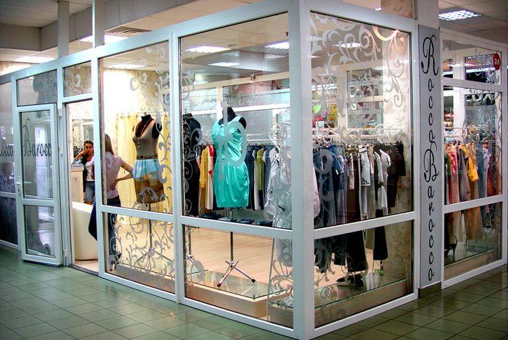 Декорирование стеклянных перегородок в торговом центре