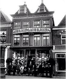 Op 25 april 1896 richtten Jacob en Saapke Blokker in Hoorn De goedkope IJzer- en Houtwinkel op. De winkel, aan de Breed 22, groeide snel en breidde aan het Breed uit met verschillende panden, waaronder ook nummer 12. In 1923 werd een oud pand op de hoek van de Breed en de Veemarkt gekocht waarin een, voor die tijd, kapitaal winkelpand verscheen. Dit pand is nog steeds een Blokkerfiliaal.  Vanaf de jaren 30 openden hun vier zonen onder de naam Gebroeders Blokker diverse andere winkels in de…