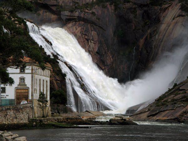 La cascada de Ézaro bien podría haberse convertido en un pequeño Niágara gallego. Por el granito pulido del monte Pindo bajaba el Xallas hasta el mar. Era el único río de Europa que desembocaba en forma de cascada en el océano.