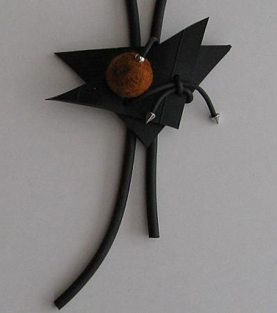 Gummihalsband med ullboll. Rubber necklace with wool ball.