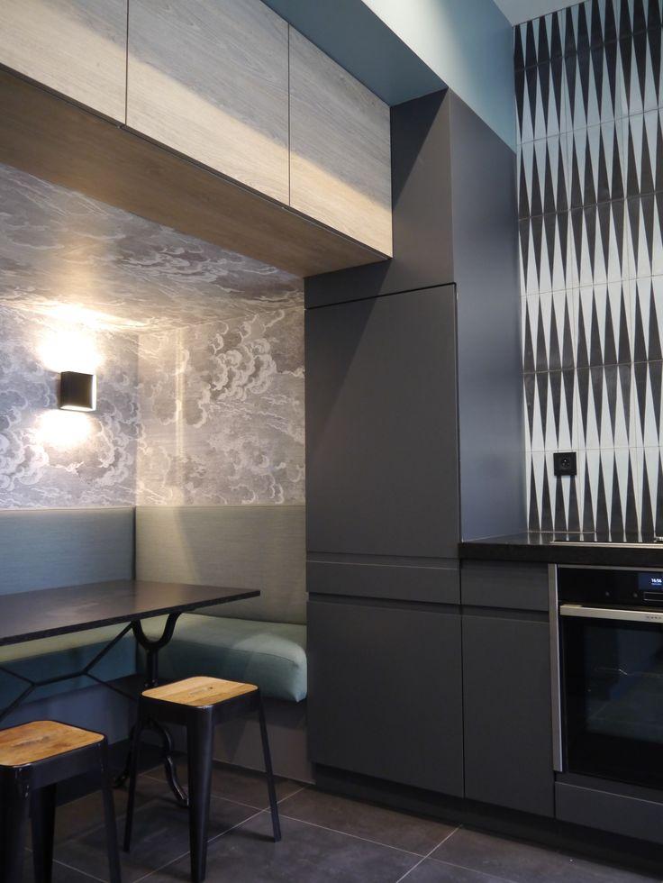 Banquette de cuisine - tissu kwadrat, papier peint Nuvolette Fornasetti - carreaux de ciment Popham design