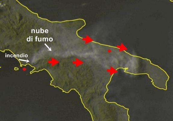 Spaventoso incendio sul Vesuvio, nube di fumo nei cieli della Puglia! [IMMAGINI]