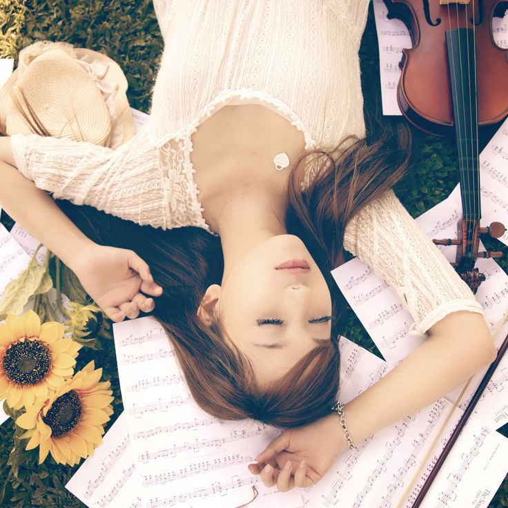 OMG I need someone to take a shoot of me and  my violin like this. Beautiful.