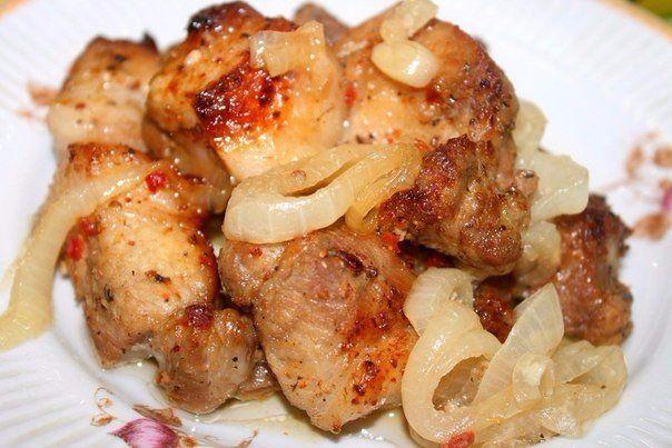 """Шашлык в духовке на """"луковой подушке""""  Ингредиенты:  Мясо ( свинина ) — 1 кг лук репчатый — 2-4 шт. Уксус — 3 ст. л. ( 2 для маринования лука, 1 для мяса ) Смесь перцев — 0,5 ч. л. Сок лимона — 3 ст. л. Сахар — 1 ст. л. Приправа для мяса — 2 ст. л. Рукав для запекания  Приготовление:  1.Нарезать мясо небольшими кусочками. Добавить смесь перцев, приправу, 1 столовую ложку уксуса и лимонный сок.  2. Тщательно все перемешать и оставить мариноваться от 2 до 6 часов в холоде. Нарезать кольцами…"""