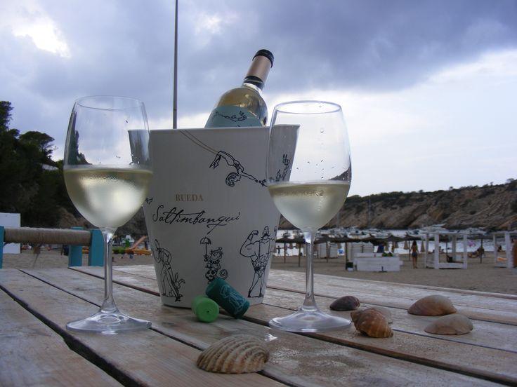 Saltimbanqui en Cala Vadella, Eivissa