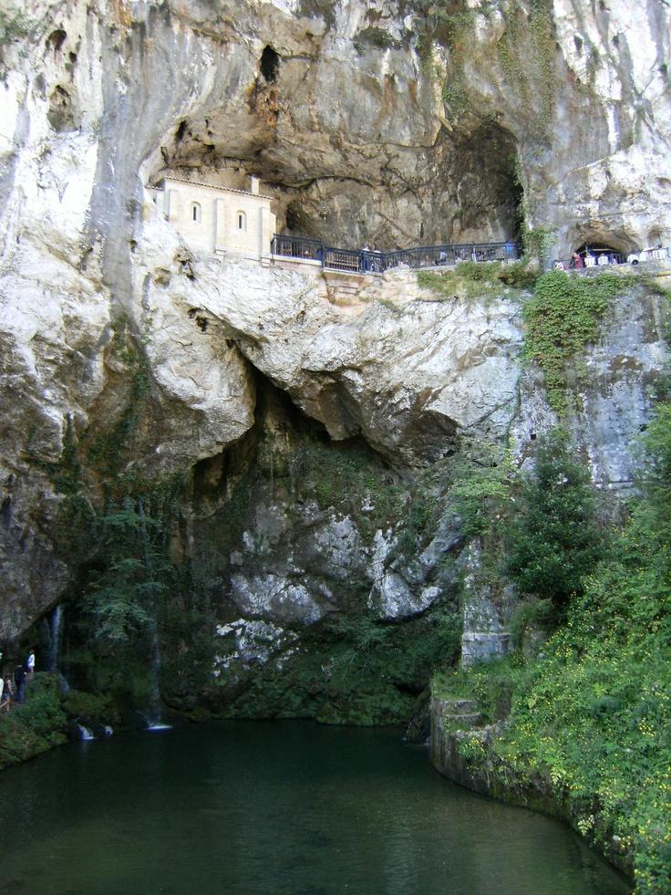 Santa Cueva de Covadonga (Cangas de Onís - Asturias). Fotografía de Raquel Martín Rodríguez.