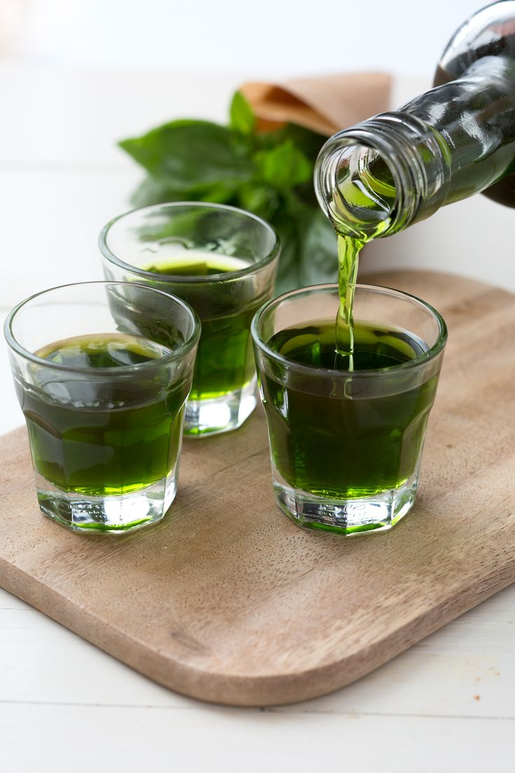Liquore al basilico: perfetto per concludere i tuoi pasti!   [Basil liquor]