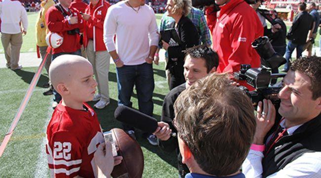 Jack Hoffman, un niño de 7 años con cáncer, anota un touchdown con los Huskers de Nebraska
