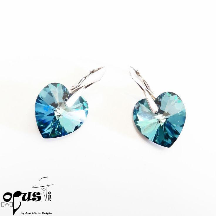 Cercei realizati din Cristale Swarovski Bermuda Blue de 18 mm in forma de inima. Inchizatoarea cerceiilor este din argint. Cadou Valentine's Day