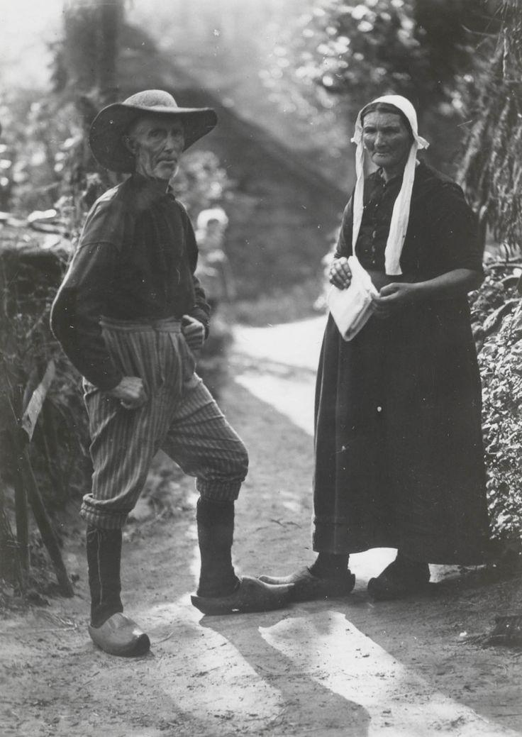 Man en vrouw in streekdracht uit Giethoorn. Beide zijn gekleed in hun daagse werkkleding. De man loopt in zijn onderbroek, wat zomers niet ongebruikelijk was tijdens het werk. 1917 #KopOverijssel